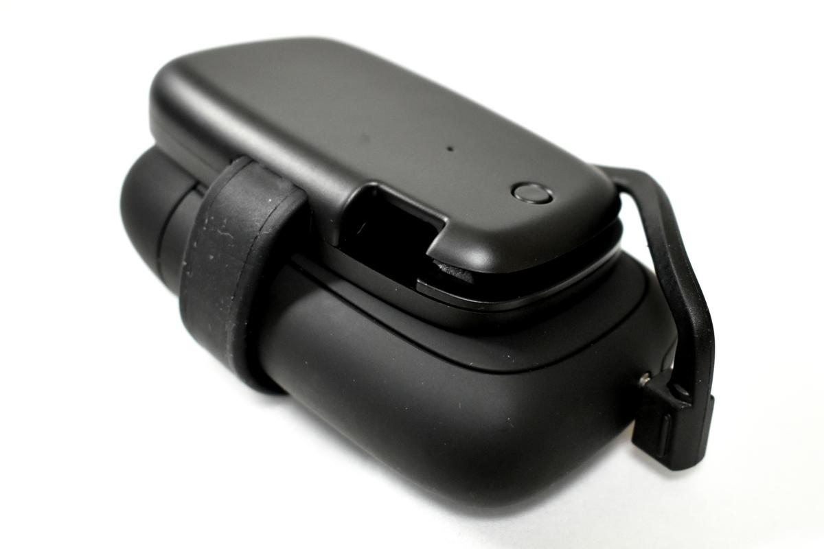 エレコムプルーム・エス専用モバイルバッテリーを接続