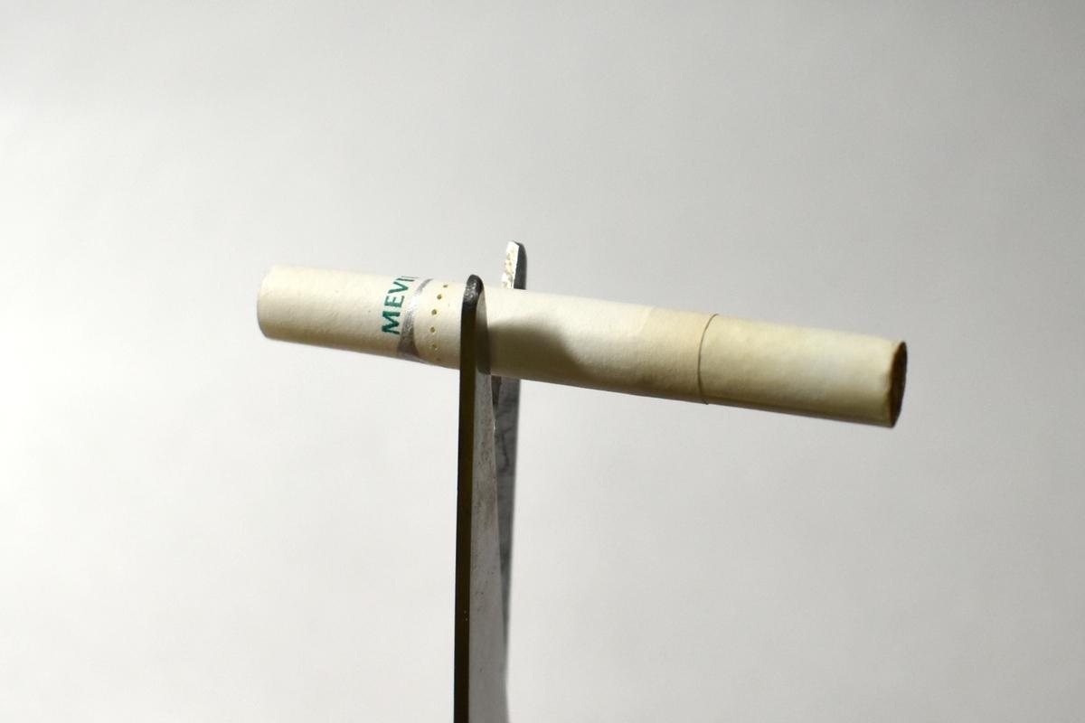 プルーム・エス専用タバコスティックをハサミで切る