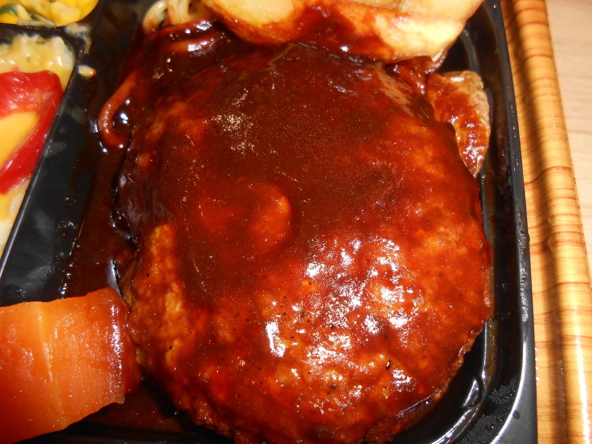 ファミリーマート 肉の旨み感じるビーフハンバーグ弁当 開封後 2