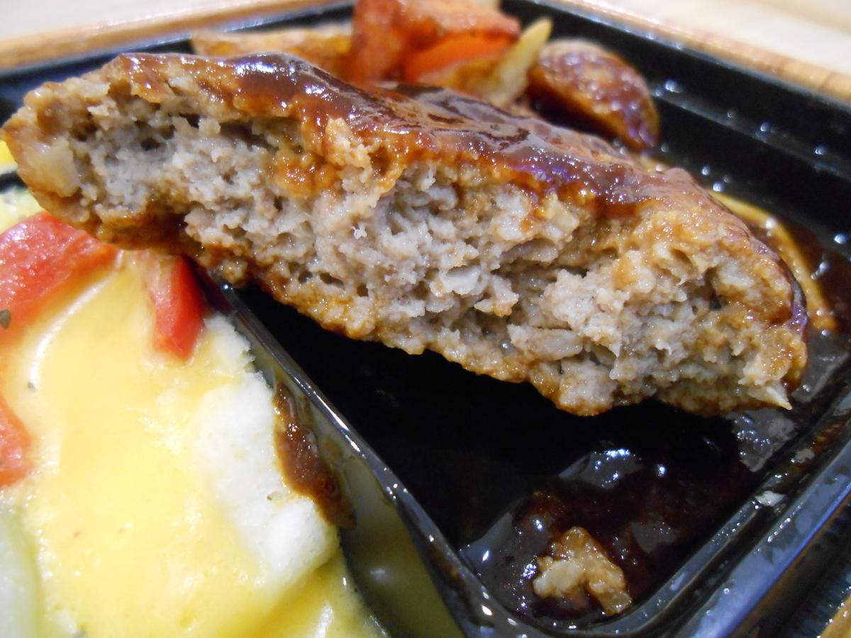 ファミリーマート 肉の旨み感じるビーフハンバーグ弁当 開封後 3