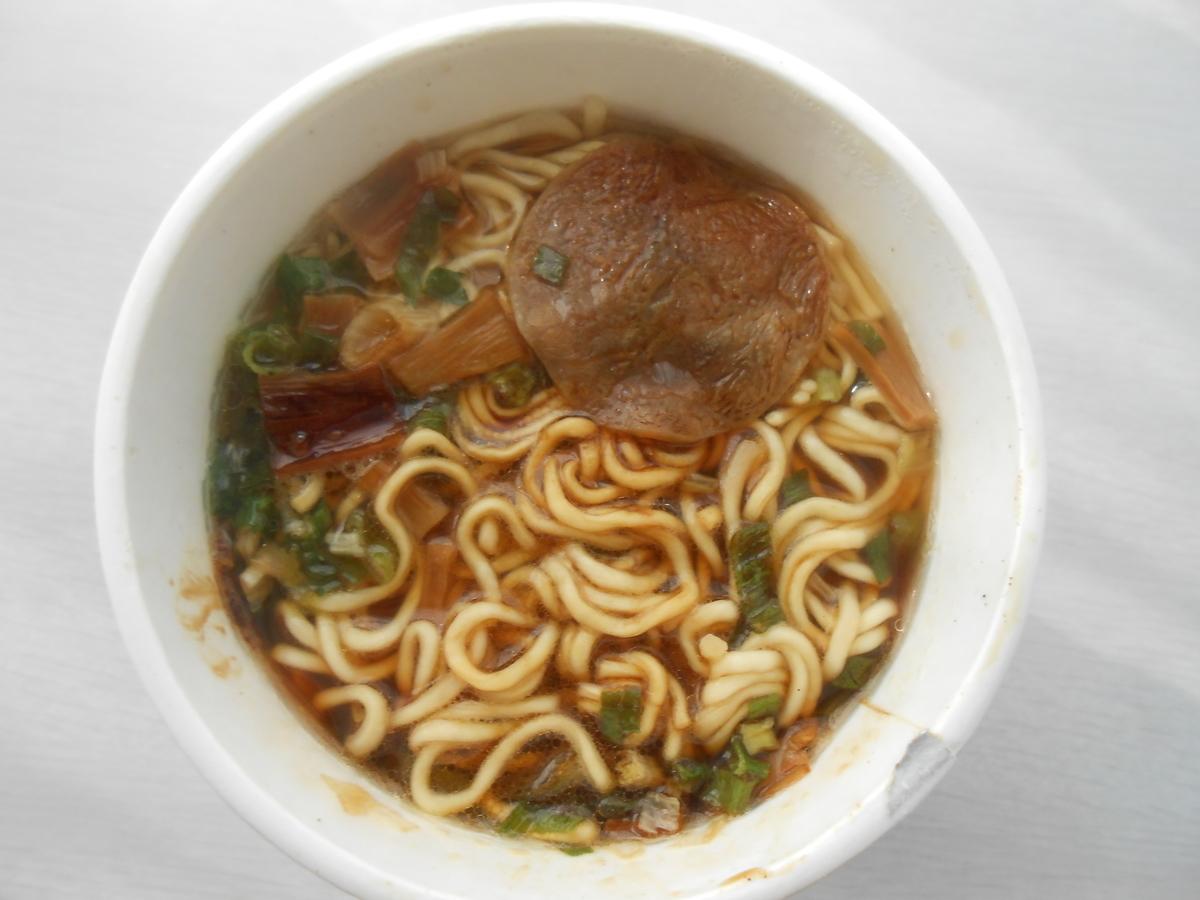 エースコック 四つ葉ブラック 濃厚醤油ラーメン(カップ麺) 調理後