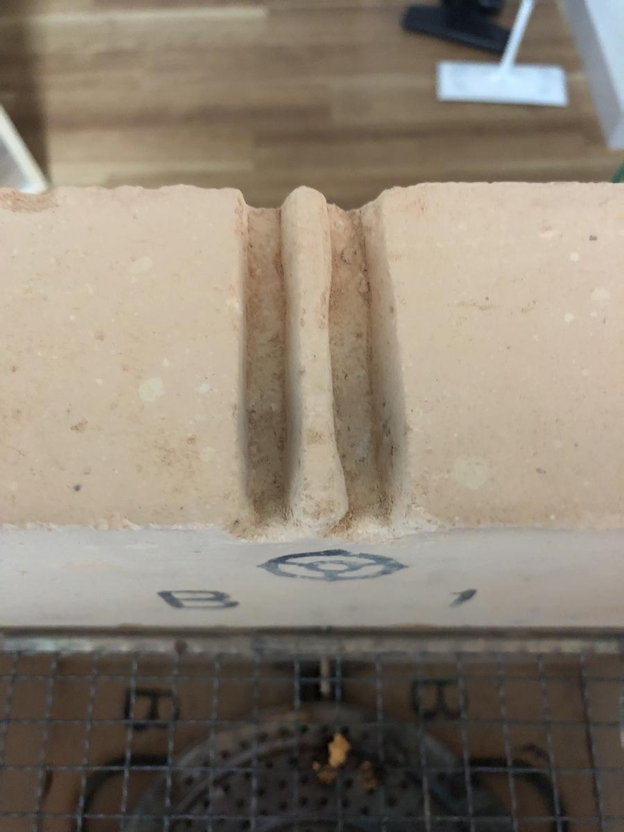 溝を掘ったレンガ