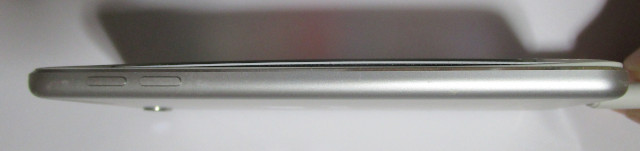 iPod touch を真横から撮影した画像 20200522
