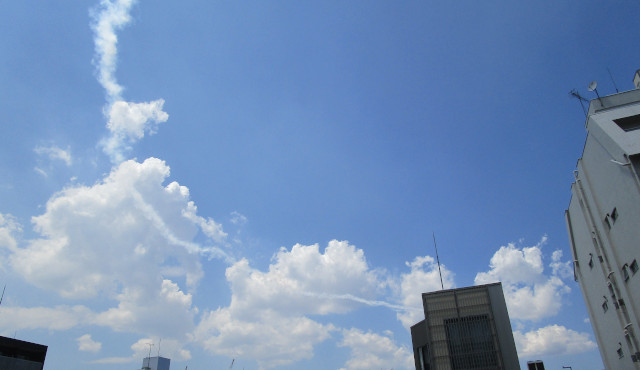 青空にブルーインパルスの飛行機雲がある画像