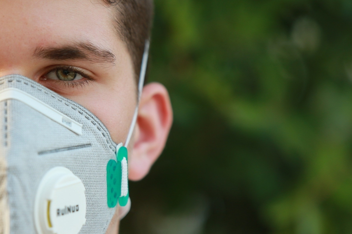 新型コロナウィルス(covid-19)予防のためにマスクをする男性