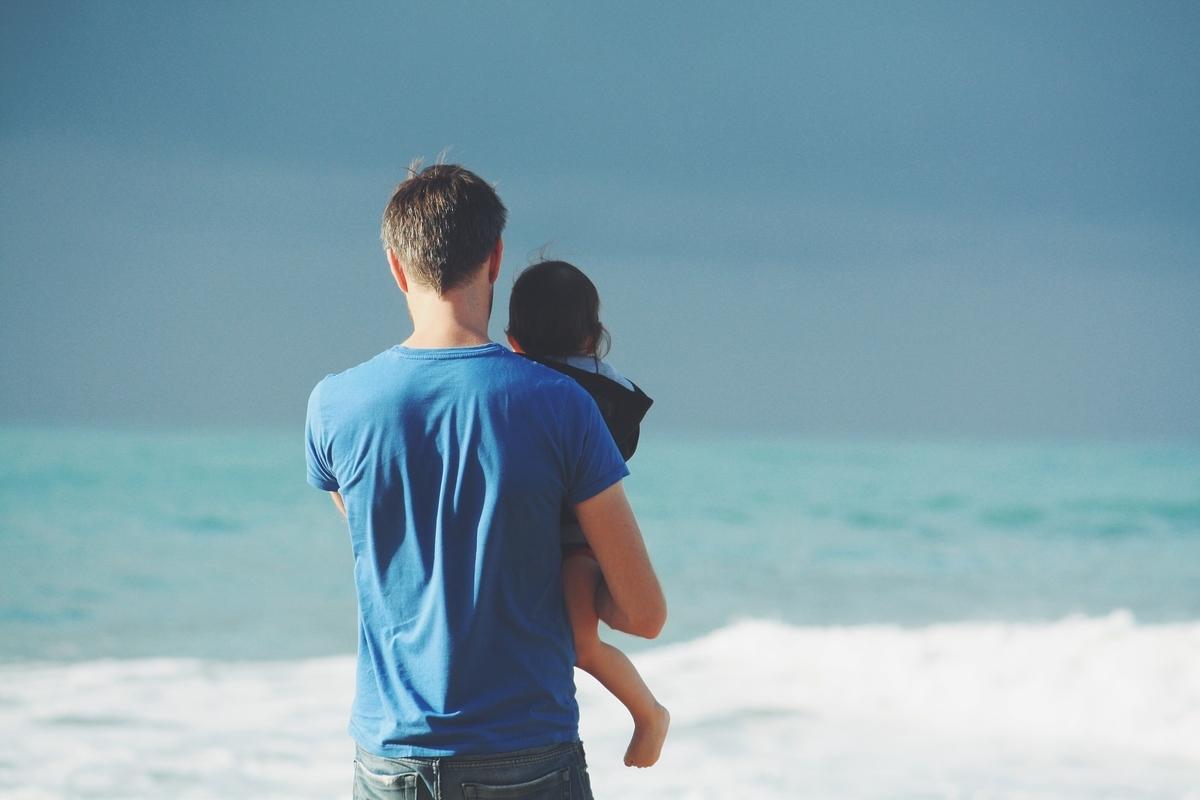 小さな子供を抱く父親