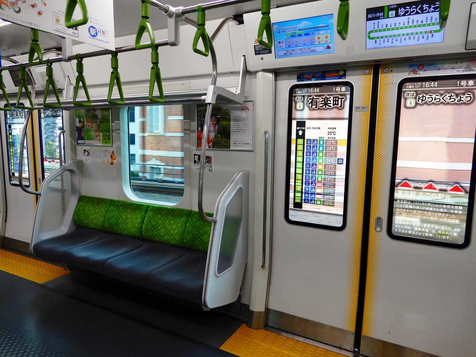 ウソ電 E235系車内 ドア窓投影型ディスプレイ装置
