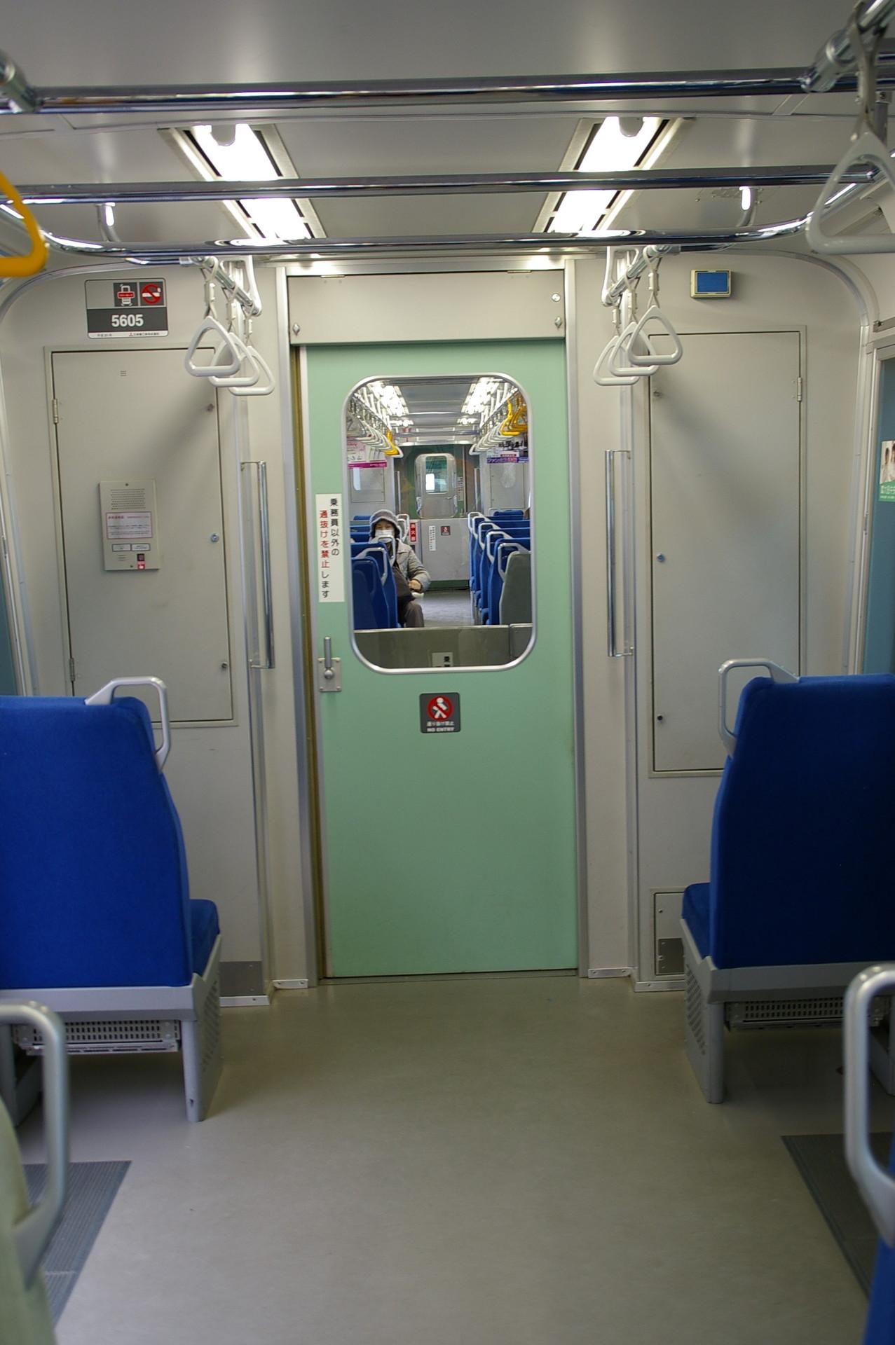 緑色の貫通扉