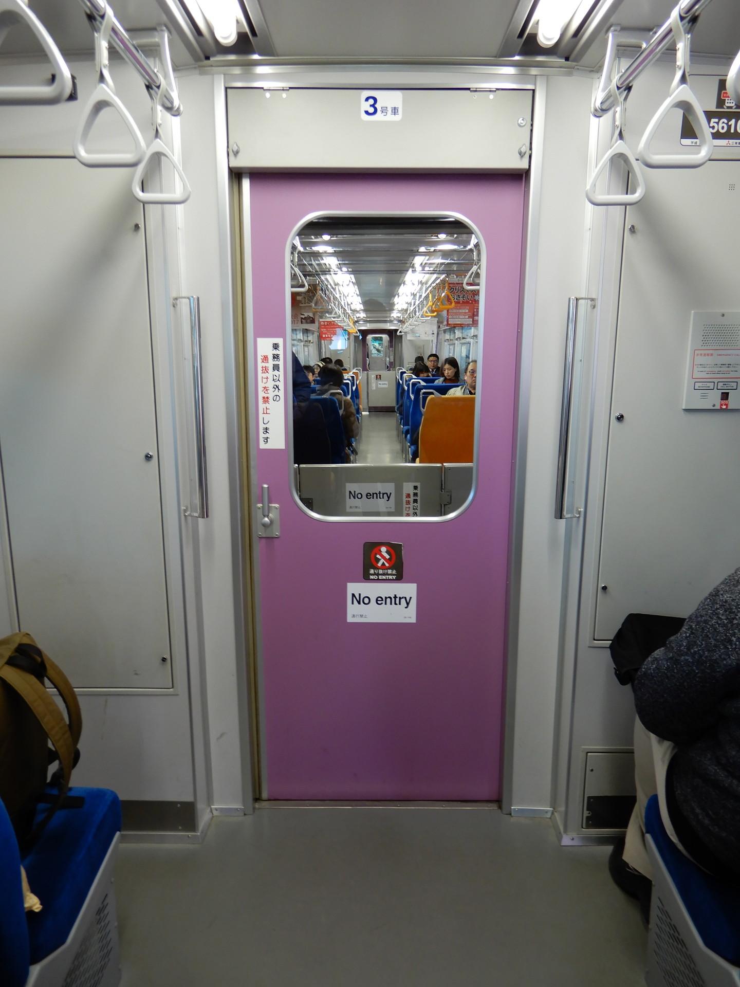 紫色の貫通扉
