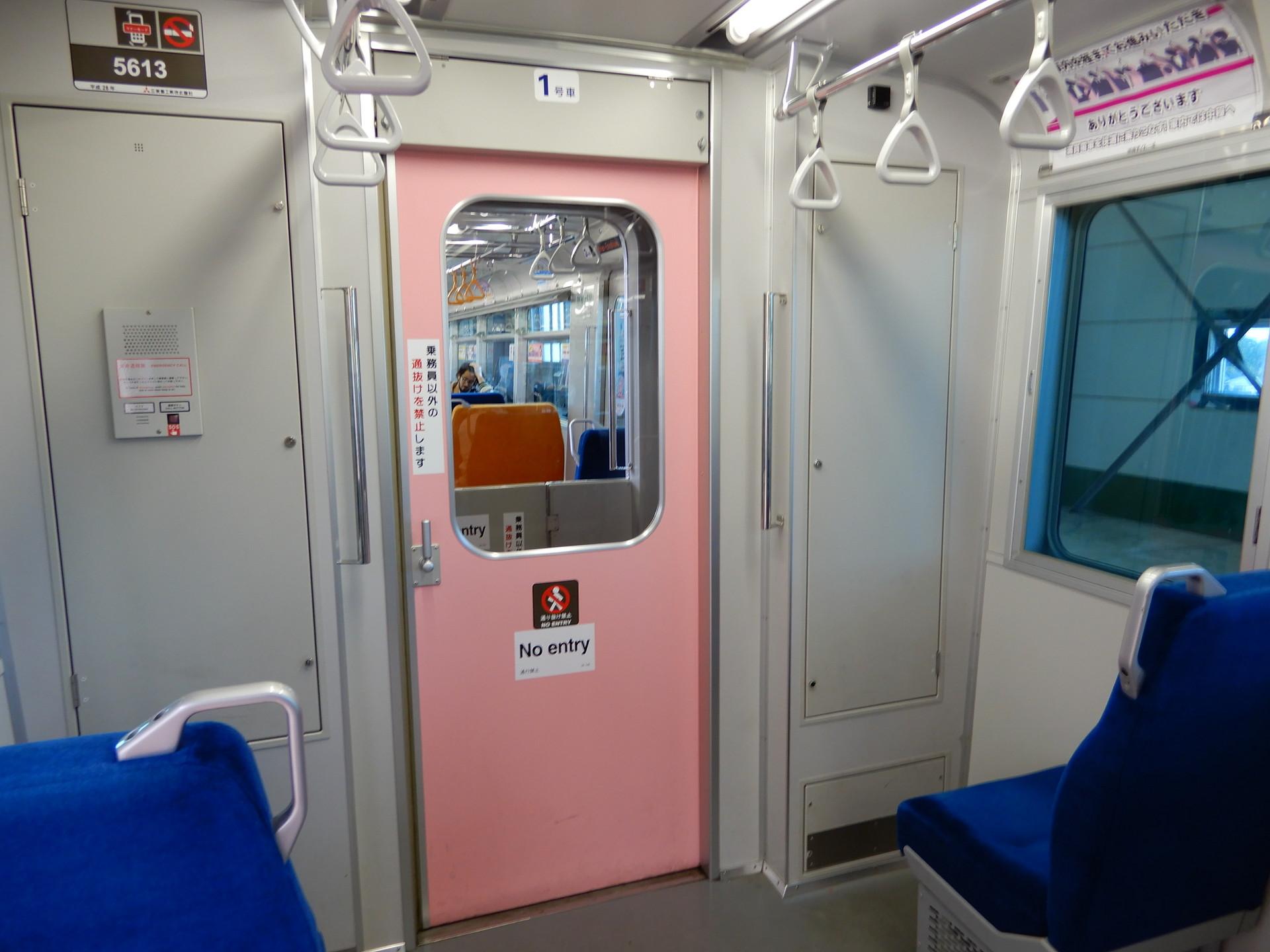 ピンク色の貫通扉