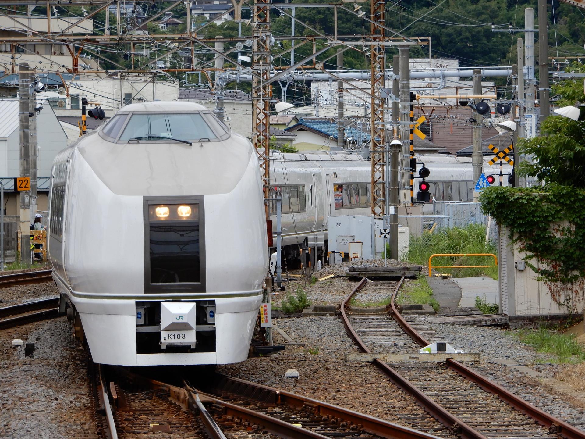 JR横須賀線を走る651系K103編成