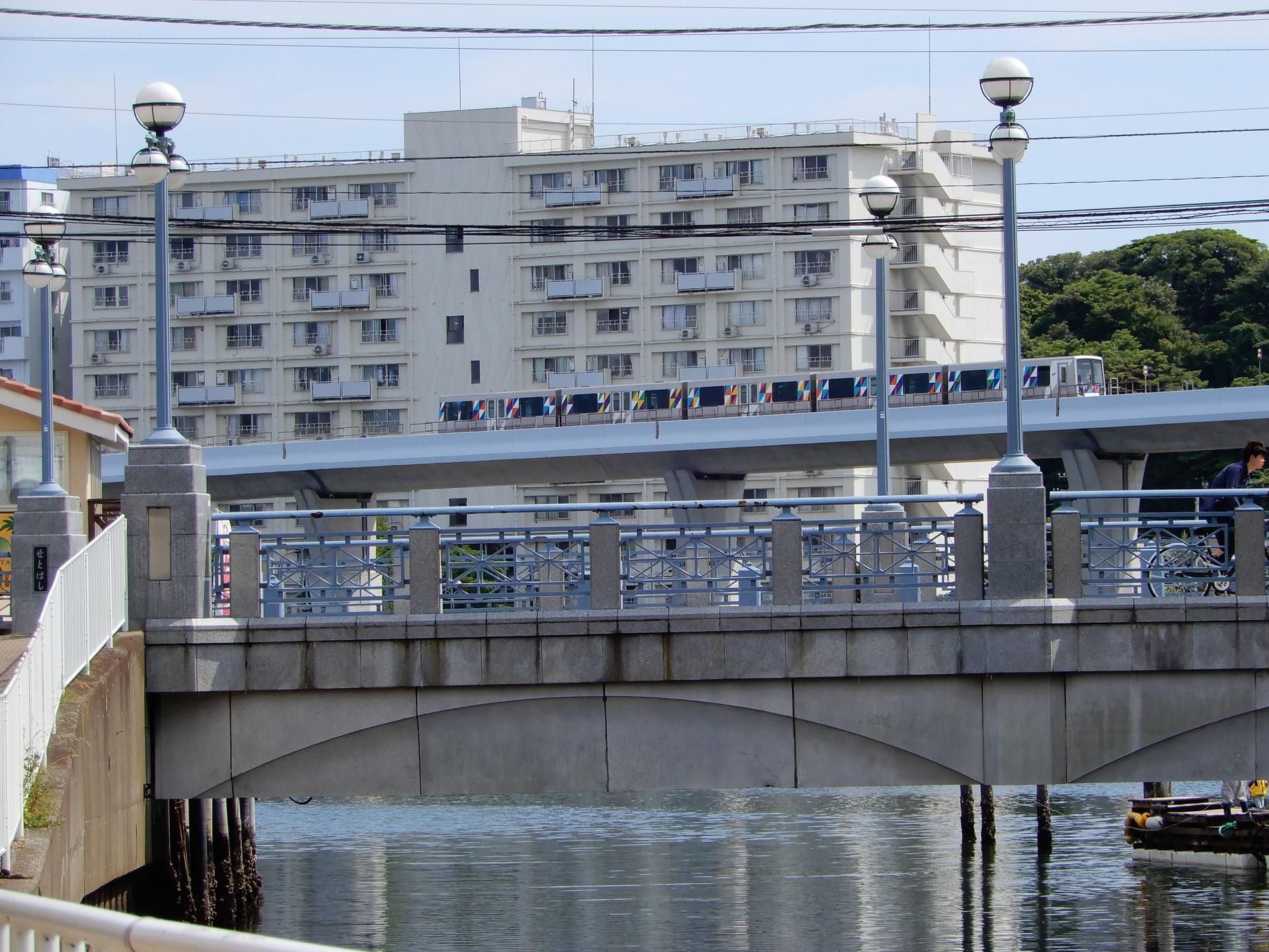 シーサイドライン 瀬戸橋付近にて
