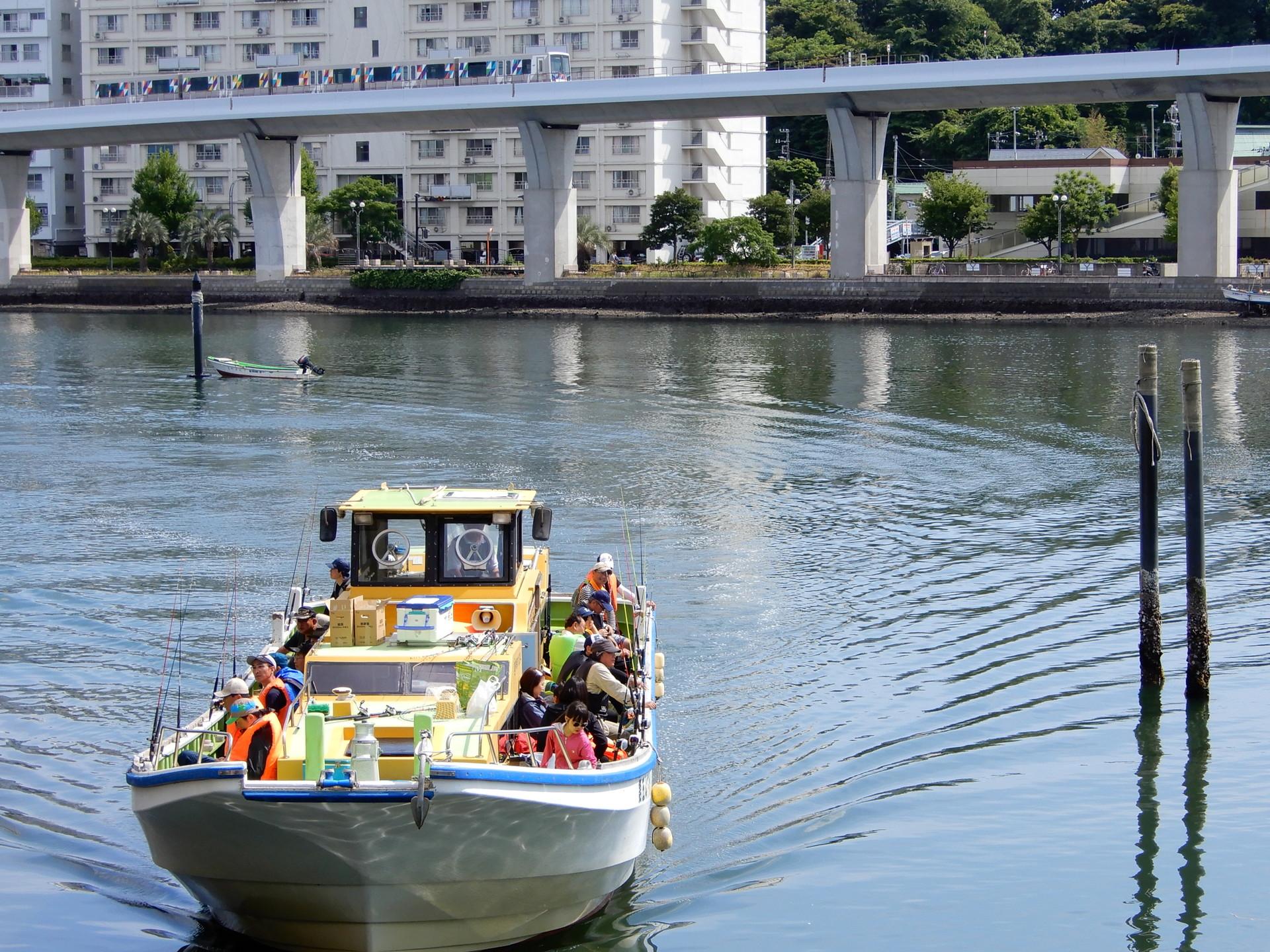 シーサイドラインと漁船 瀬戸橋付近にて
