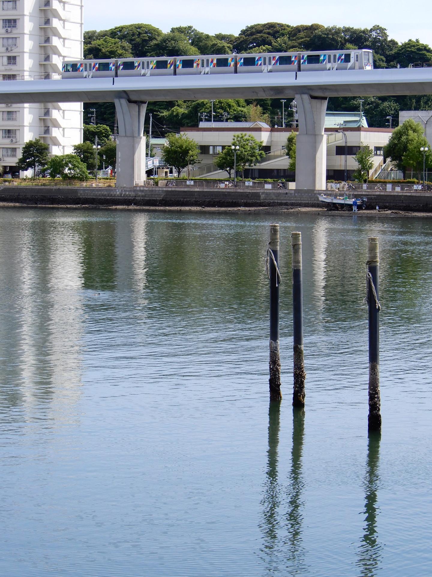 シーサイドラインと海 瀬戸橋付近にて