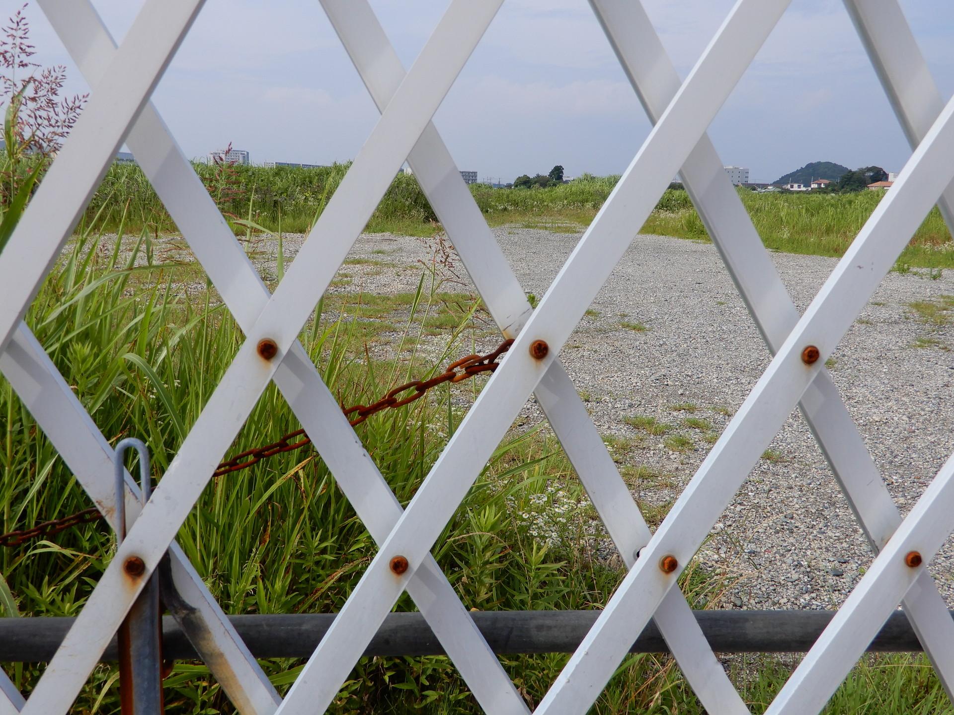 跡地をフェンス越しに覗く