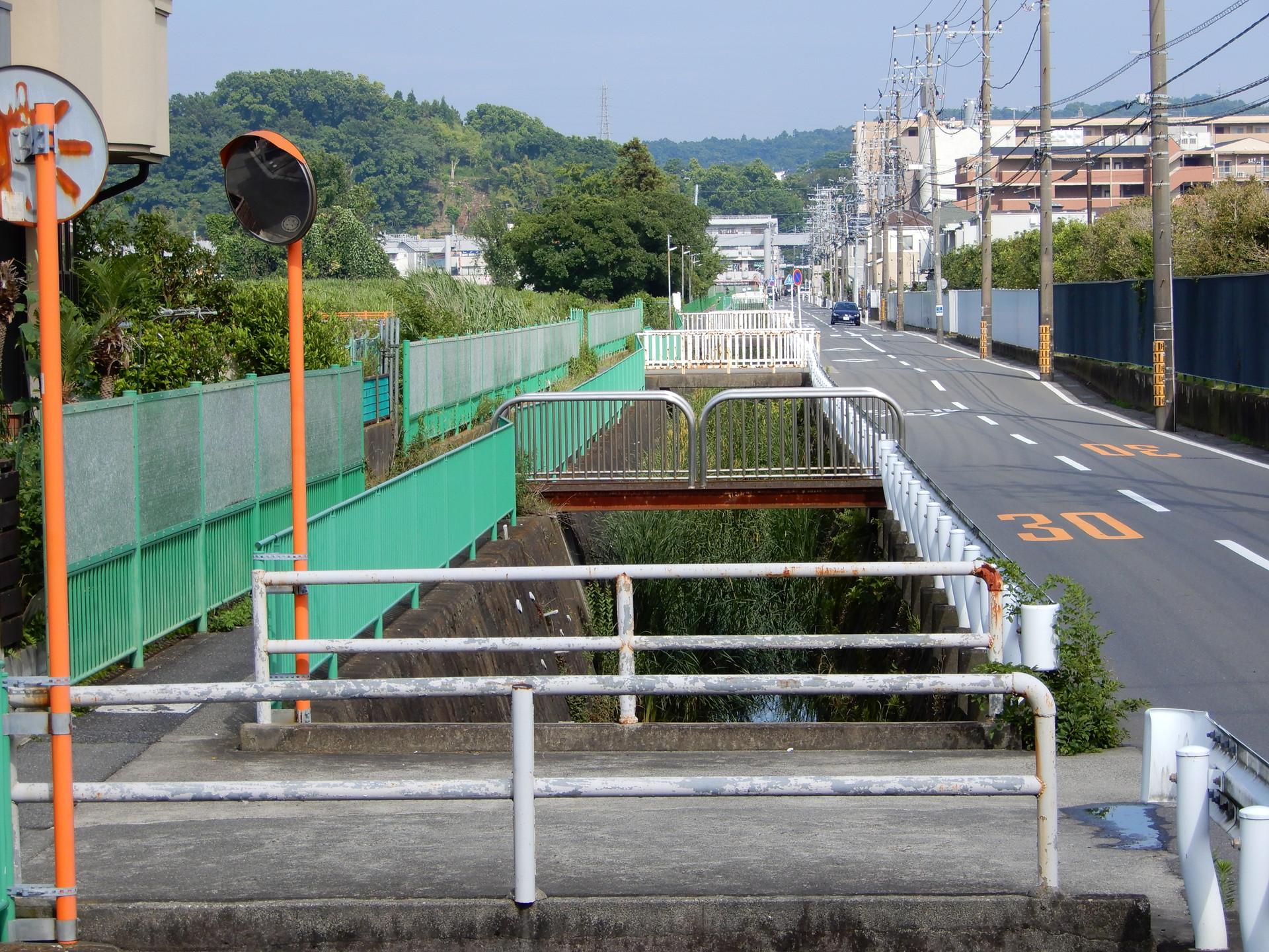 JR大船工場跡地へ渡された橋