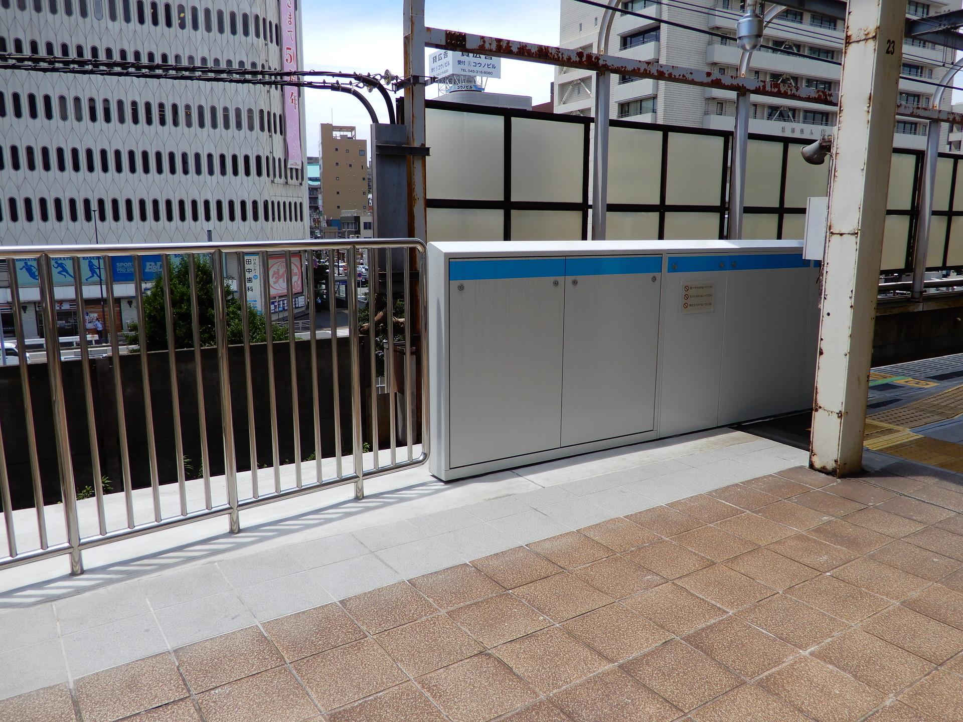 JR桜木町駅のホーム柵設置工事 足場