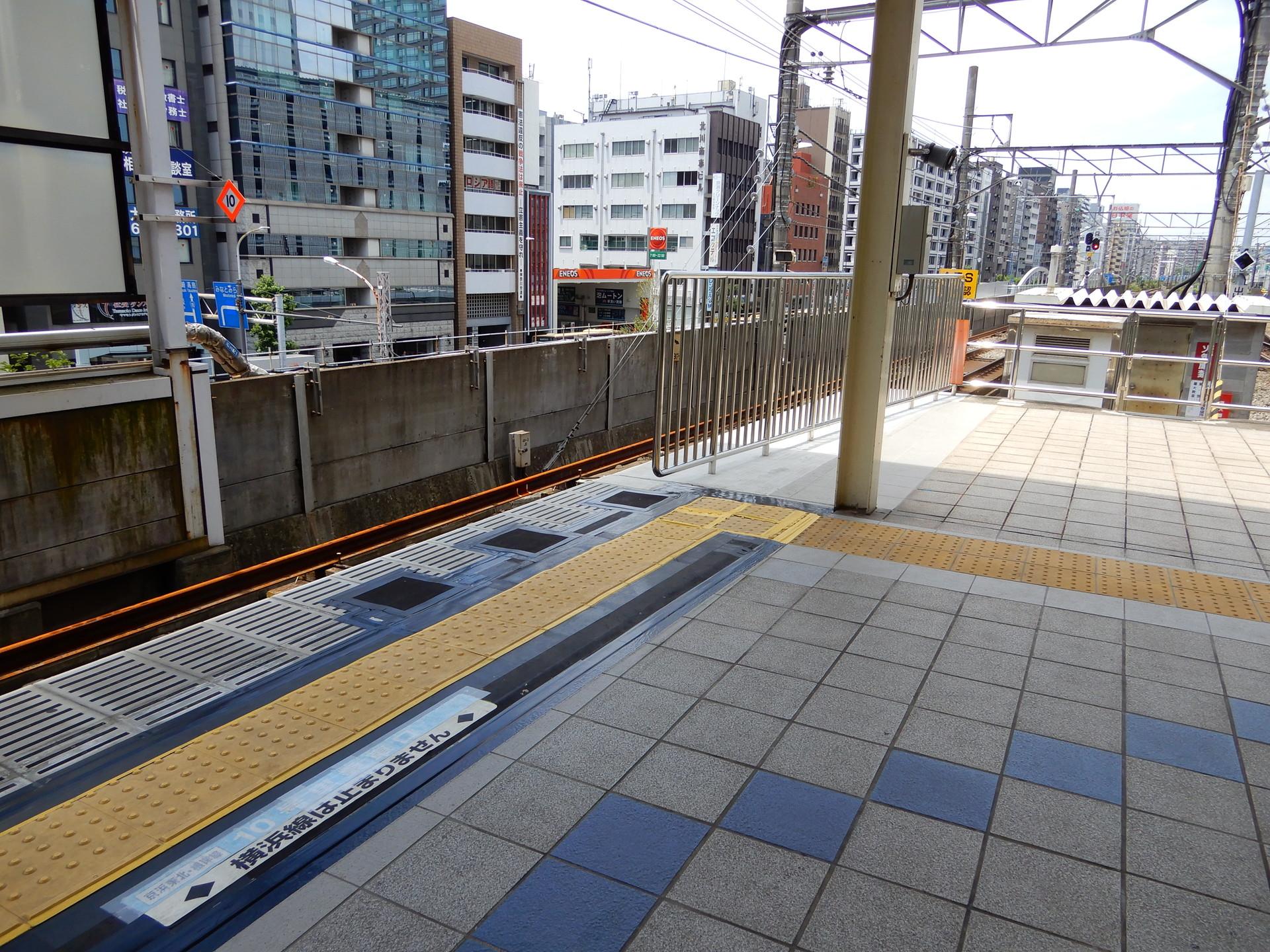 JR桜木町駅のホーム柵設置工事 パイプの柵のみ