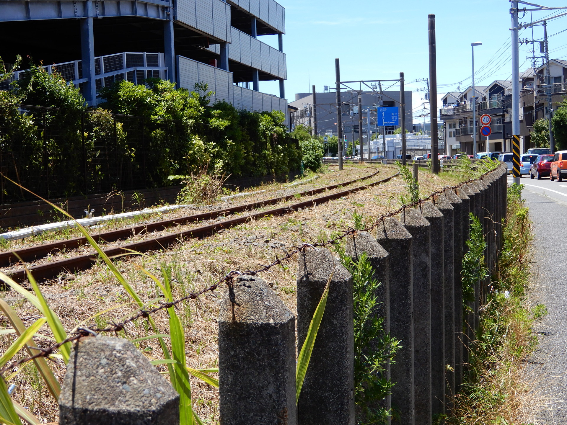 柵のてっぺんには有刺鉄線がある