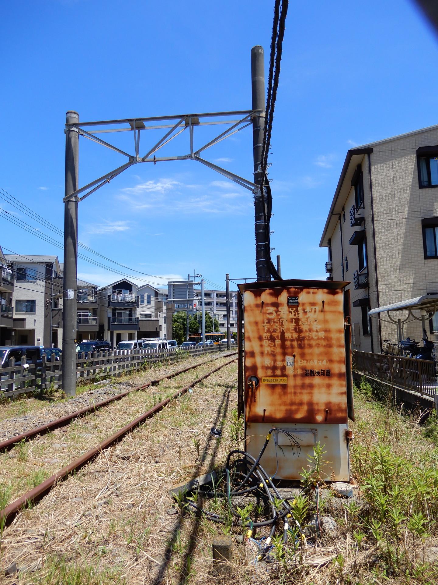 山崎跨線橋南付近の壊れた機器箱