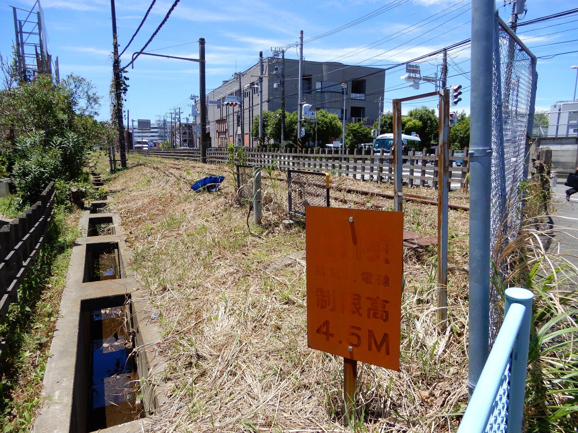 山崎跨線橋南付近の高電圧電線看板