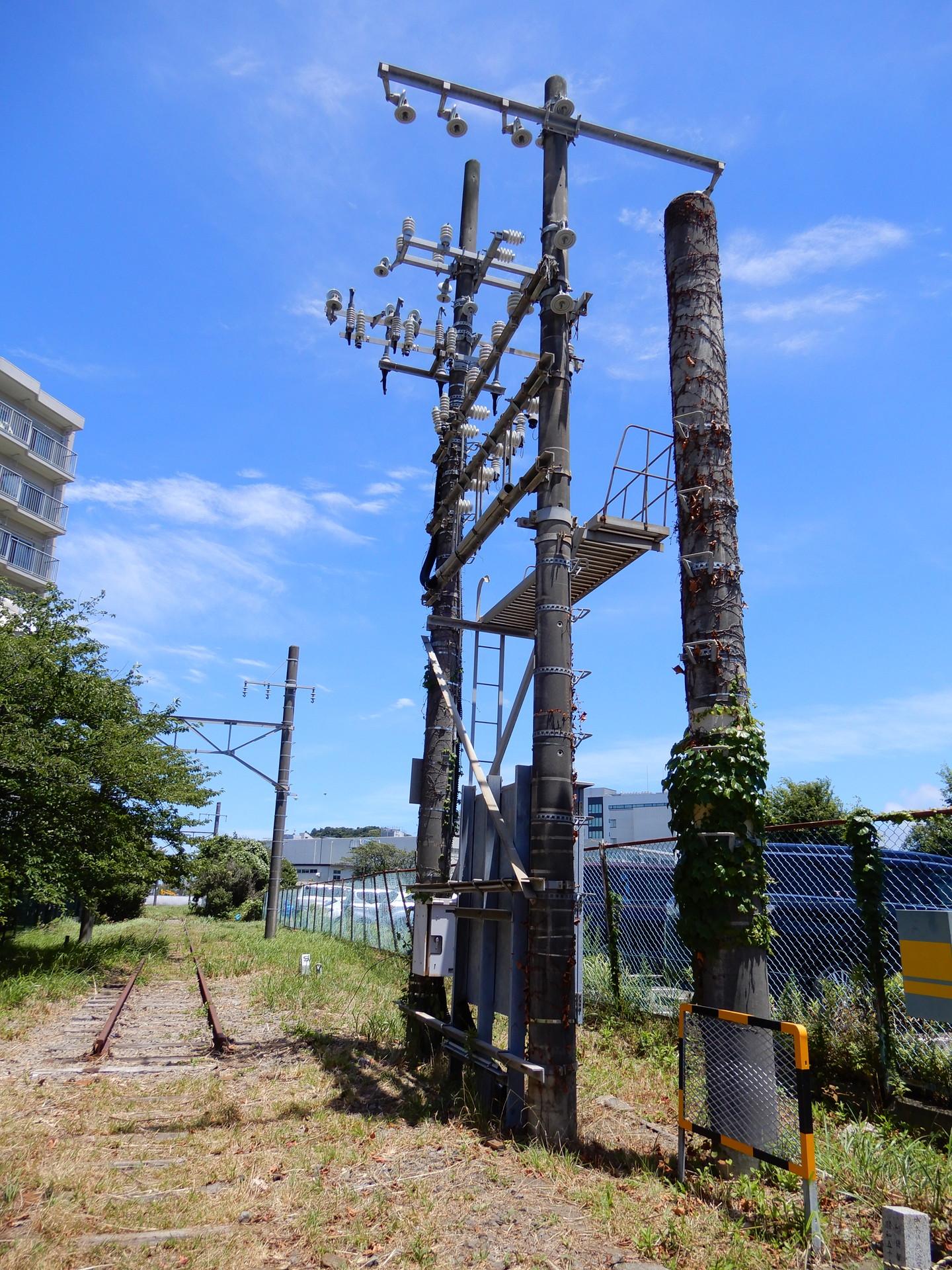 踏切跡の架線柱