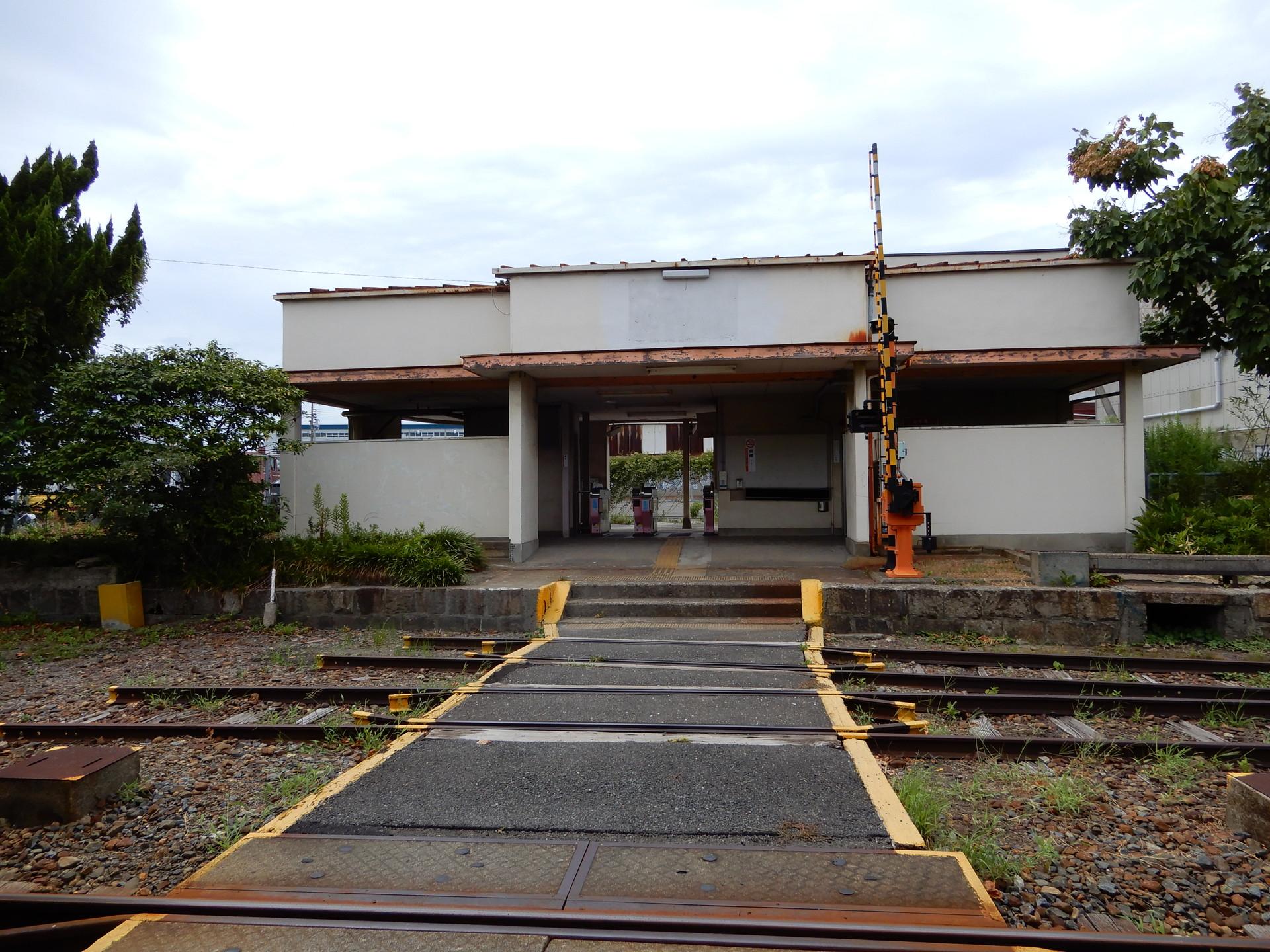 改札内から見る木津川駅舎