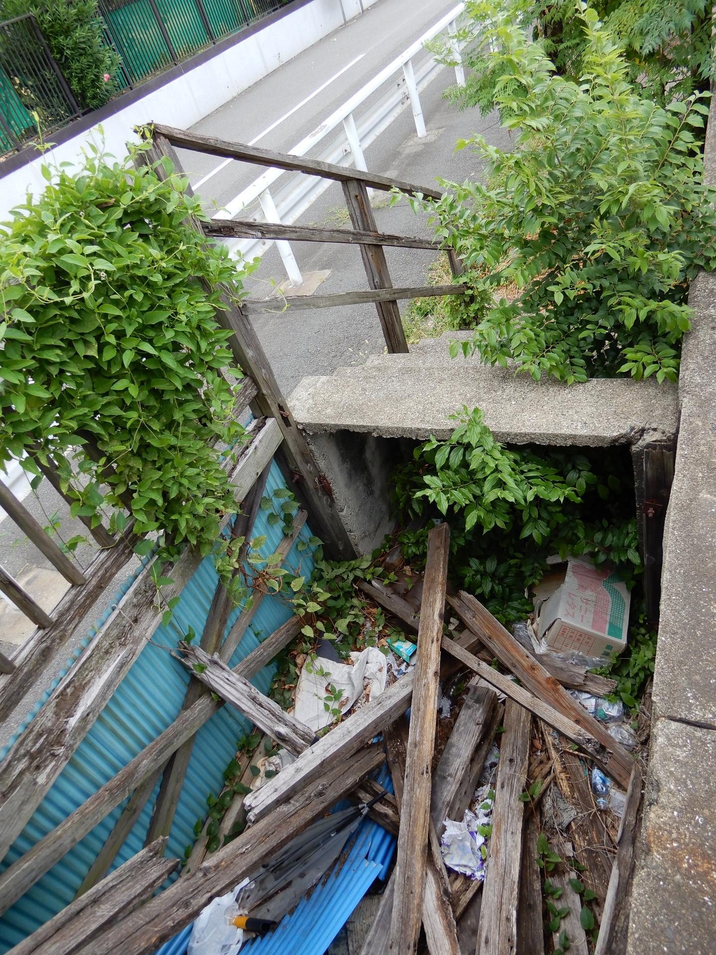 朽ち落ちた廃階段