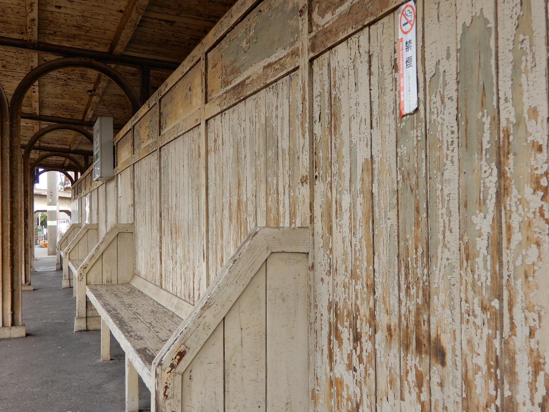 ボロボロの壁とベンチ