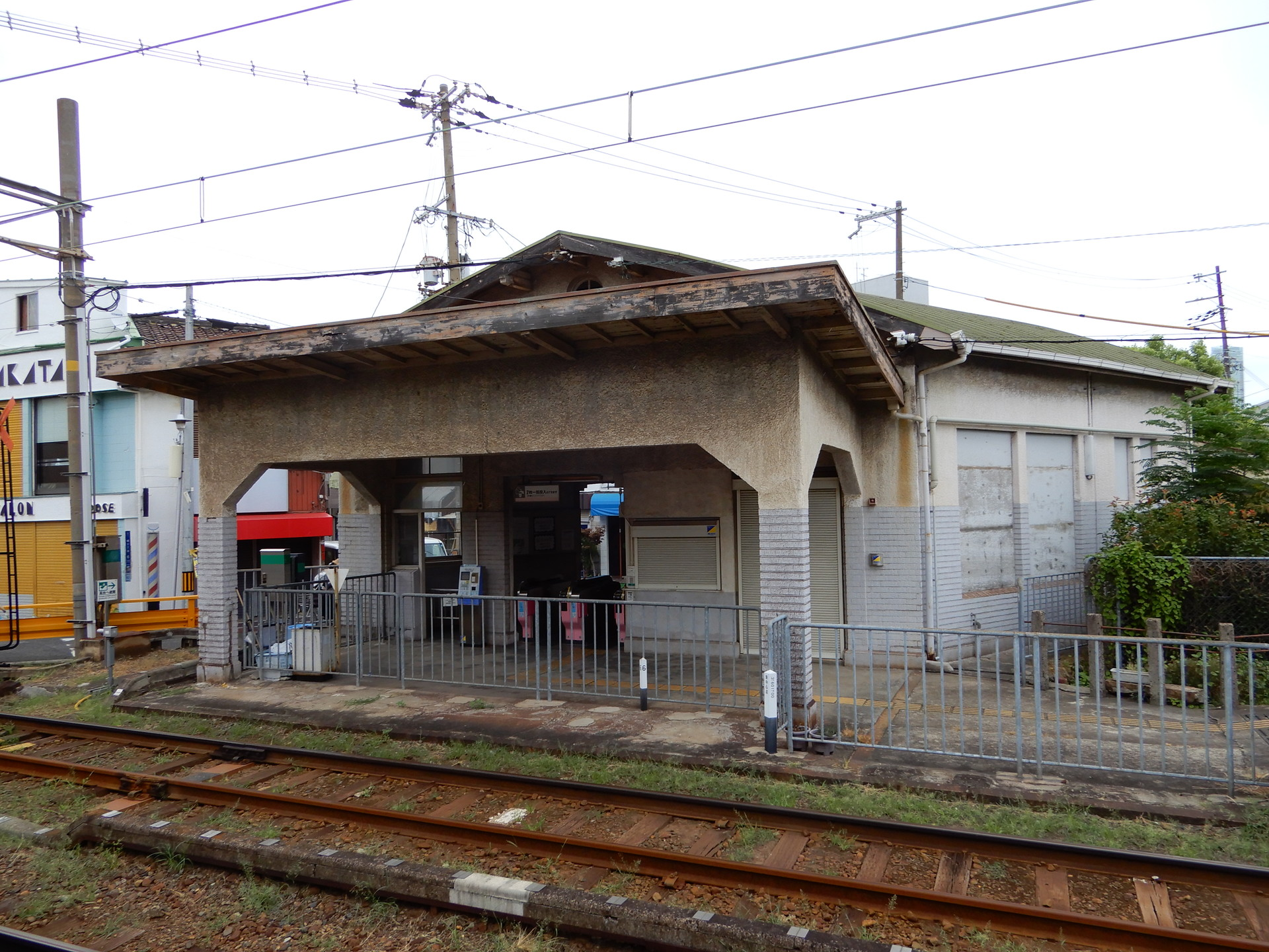 ホーム側から見る駅舎