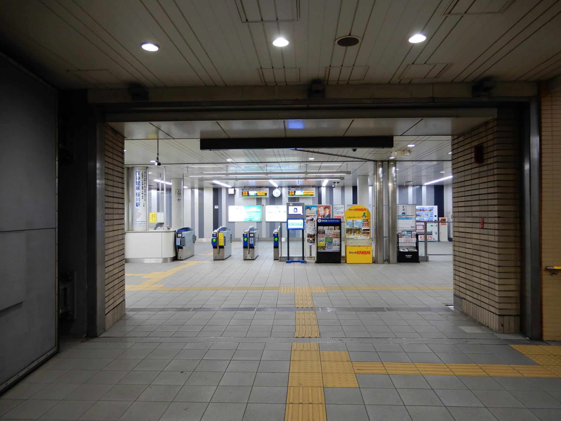 阪神桜川駅の改札前