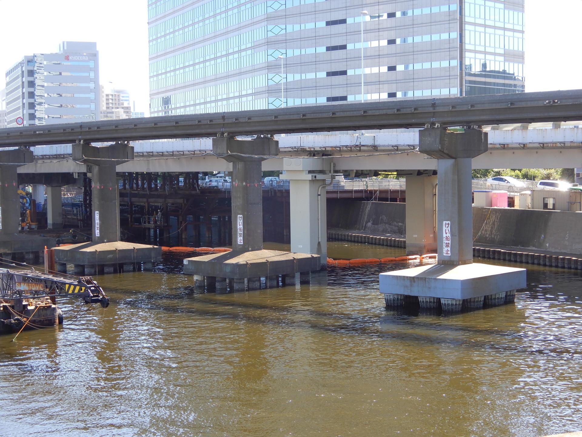 運河上の橋脚