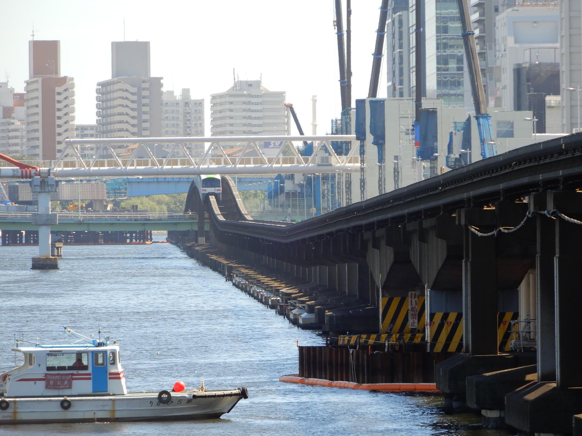 直線状に並ぶ橋脚