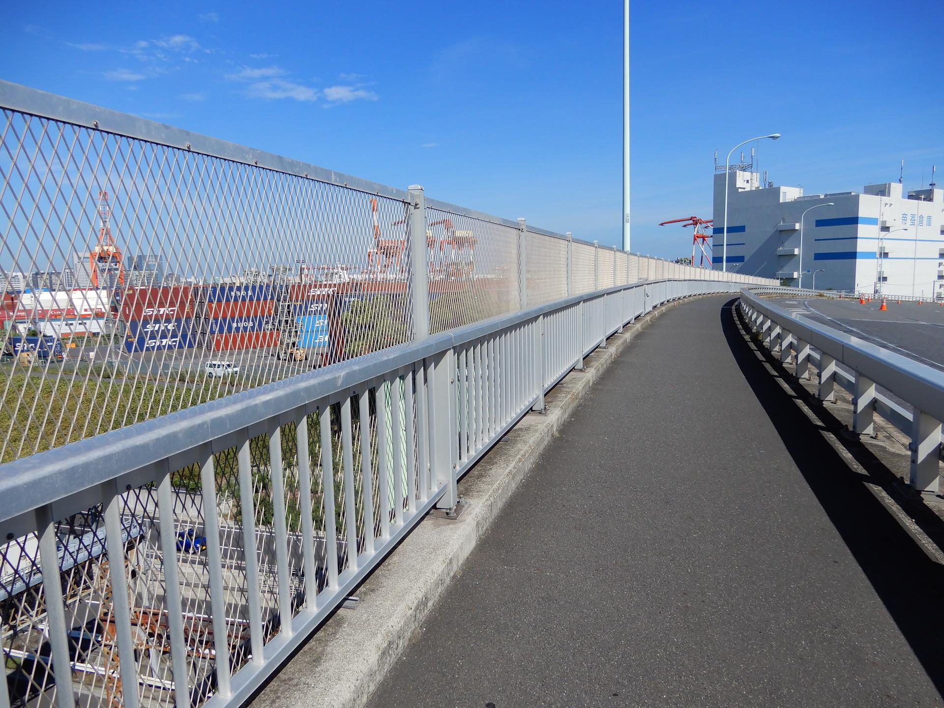 フェンスが高い歩道