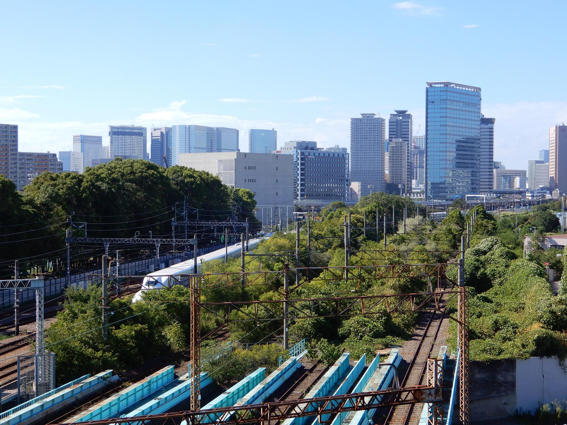 大汐貨物線の横を走る新幹線