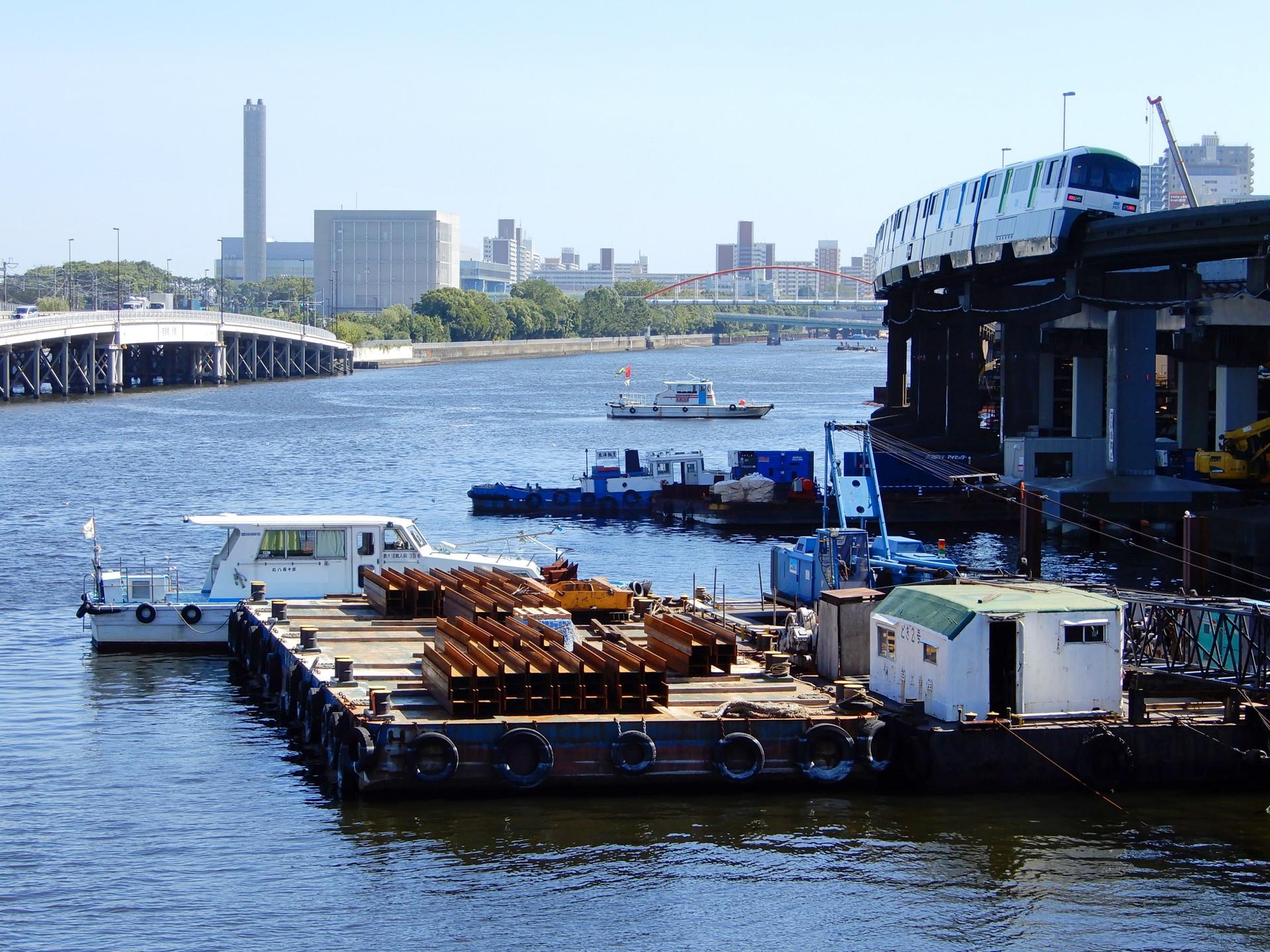 運河沿いを走るモノレール
