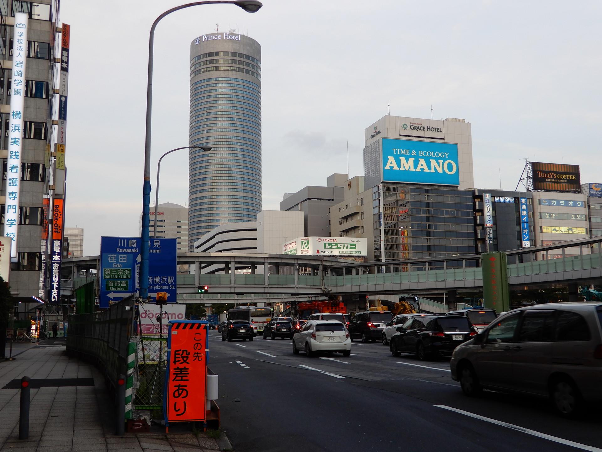 歩道橋とプリンスホテル