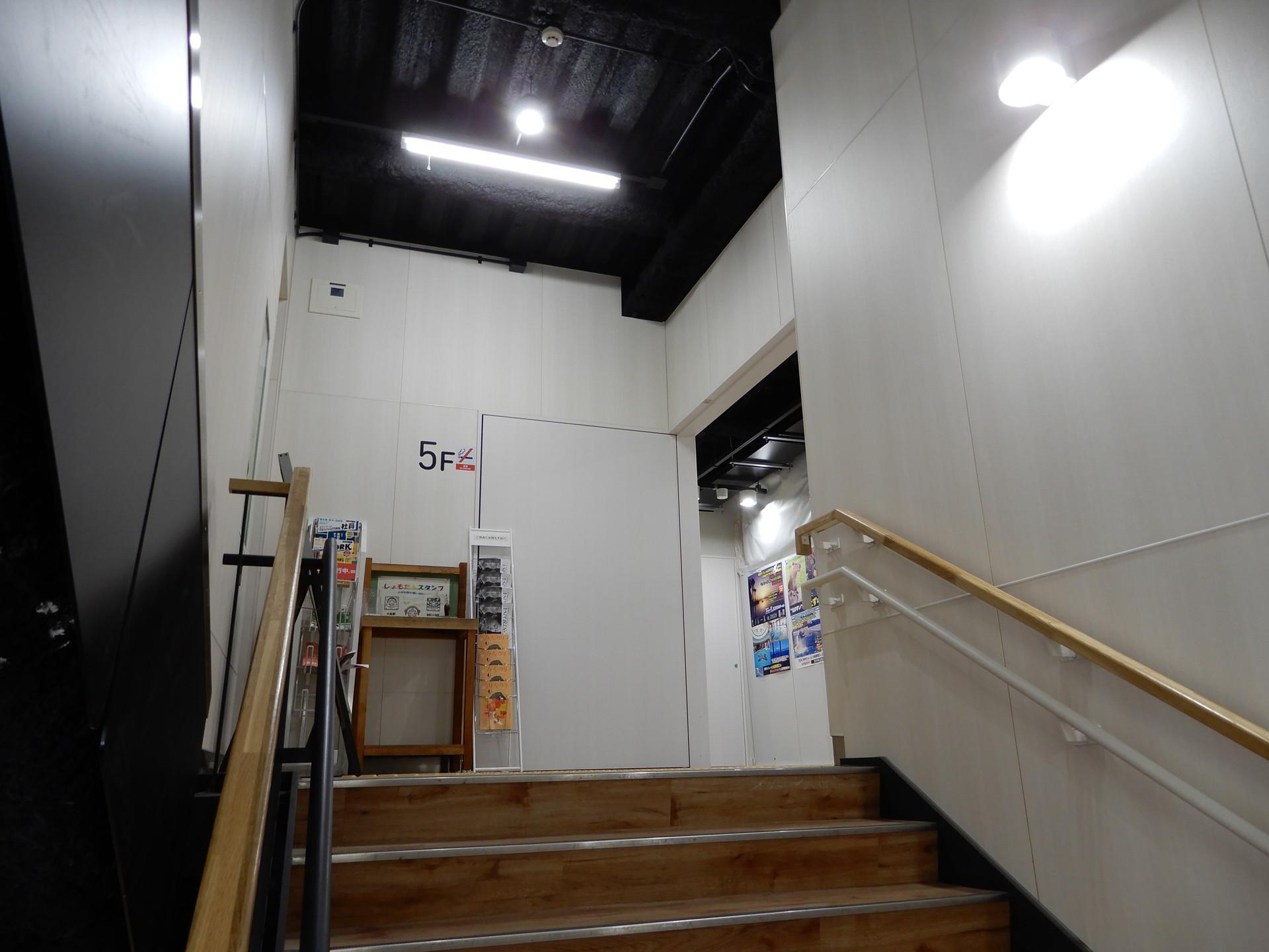 5階の階段前