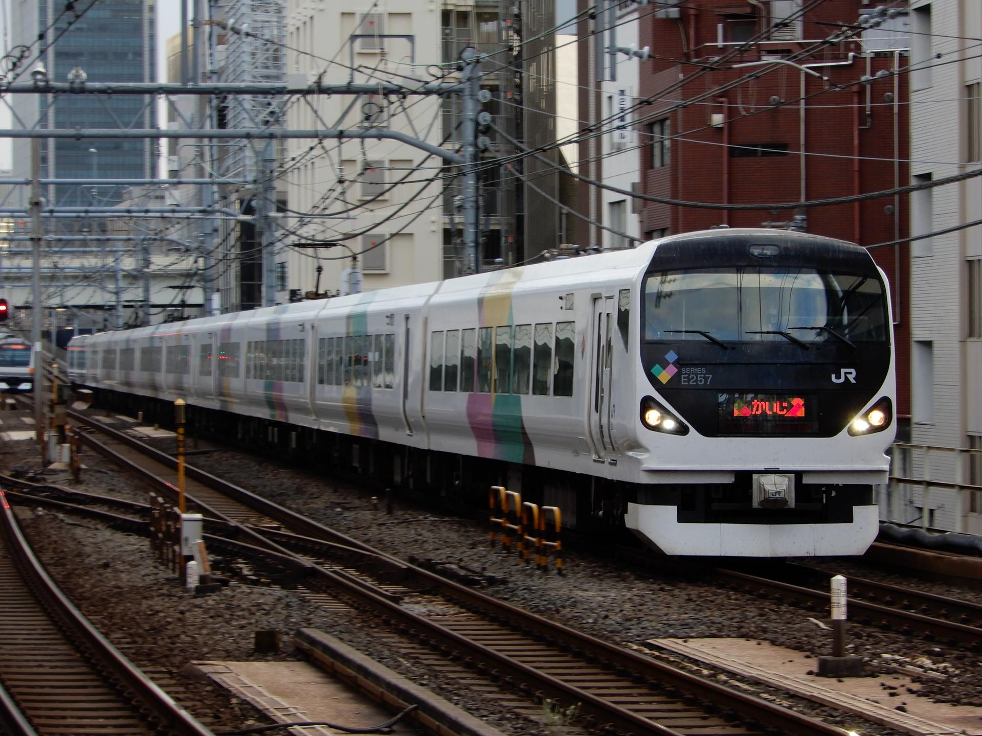 中央線のE257系特急かいじ