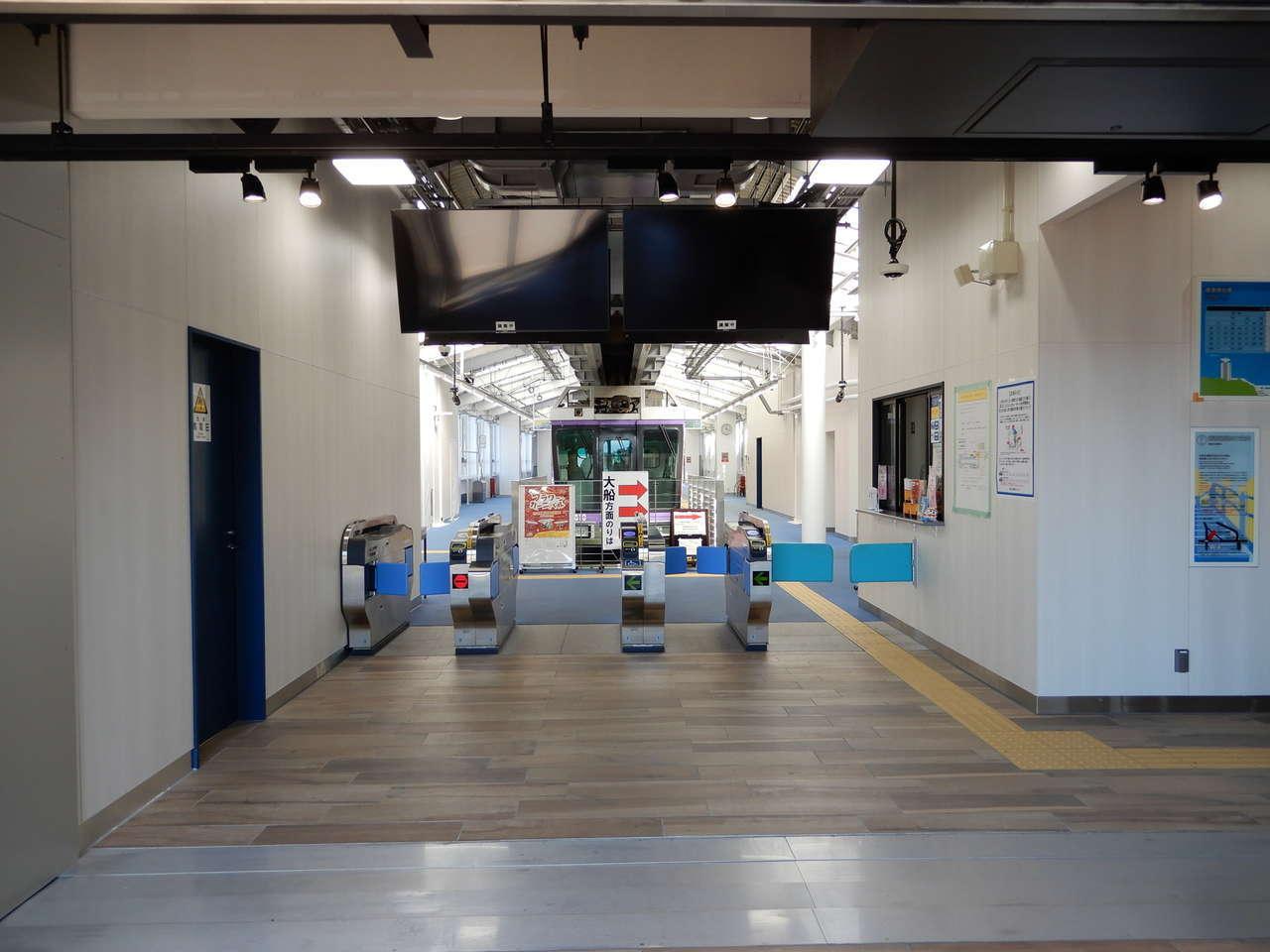 改札口と電気設備の部屋
