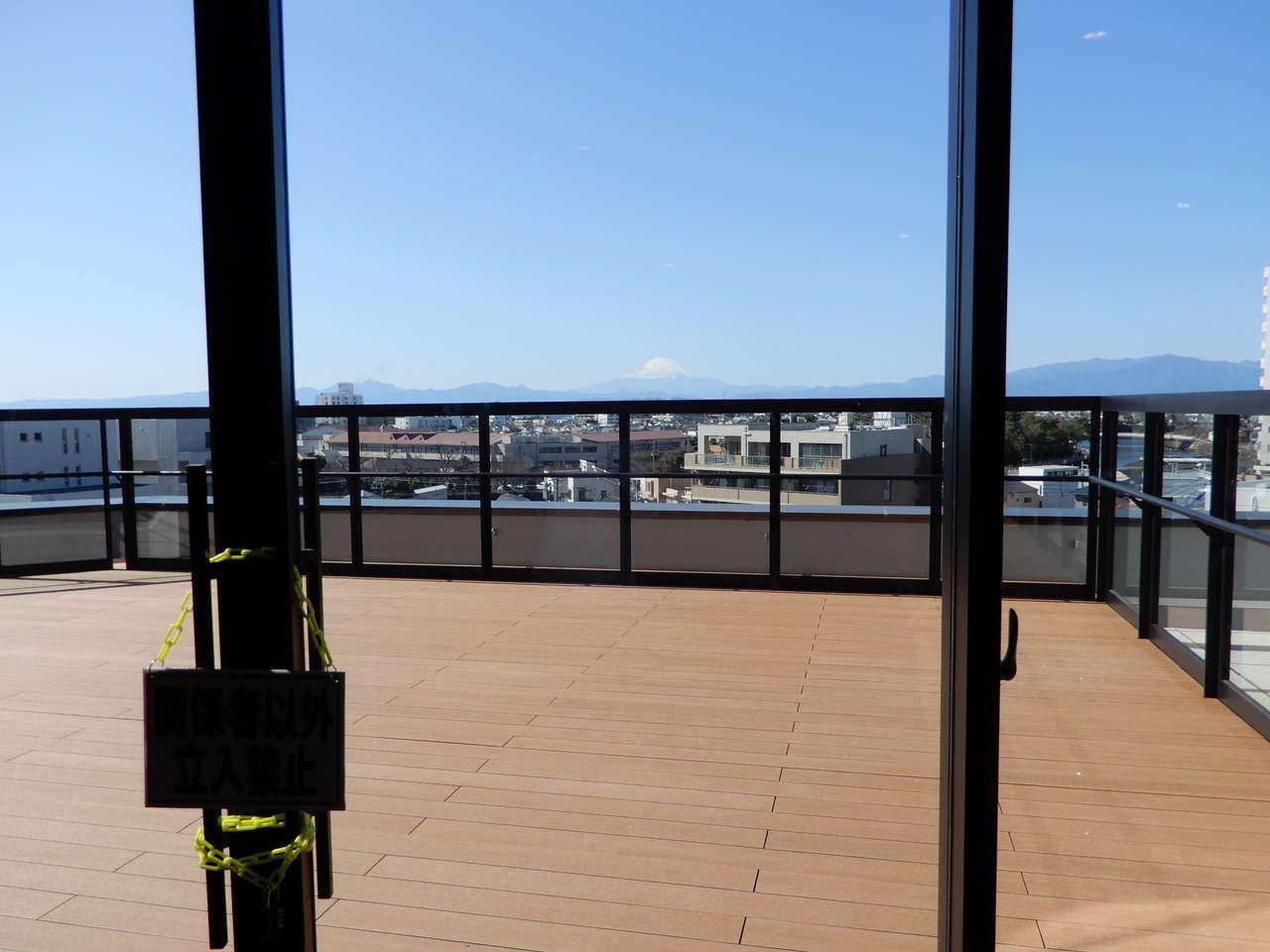 屋上テラスと富士山
