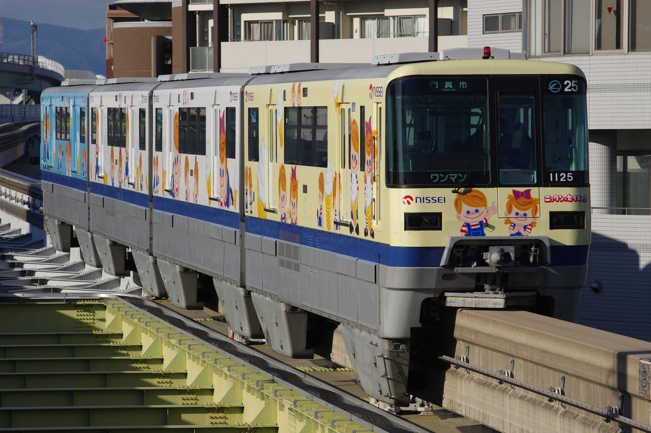 大阪モノレール1000系25編成 (NISSEI ニックン&セイチャン号)