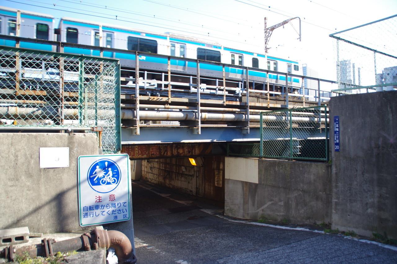 ガード上を通る京浜東北線