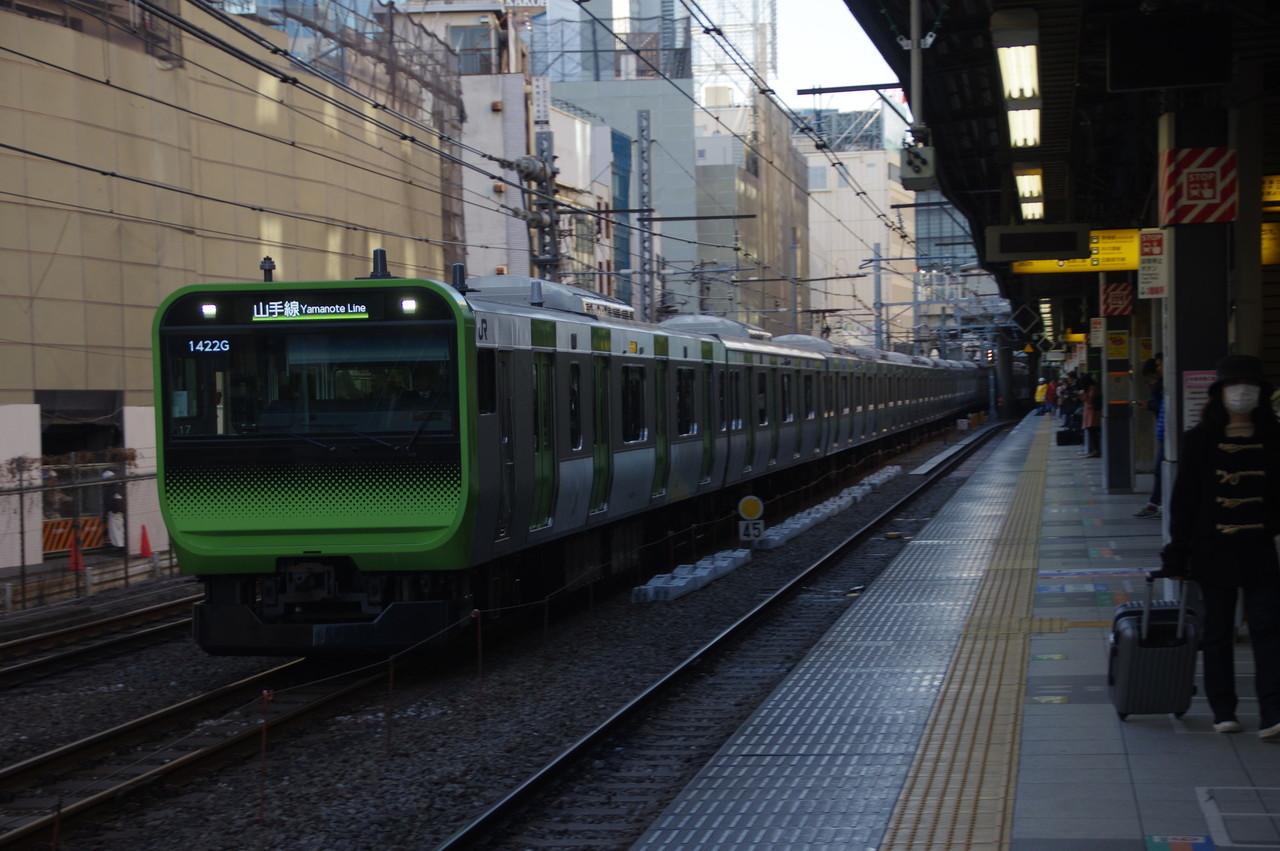 渋谷駅を発車するE235系