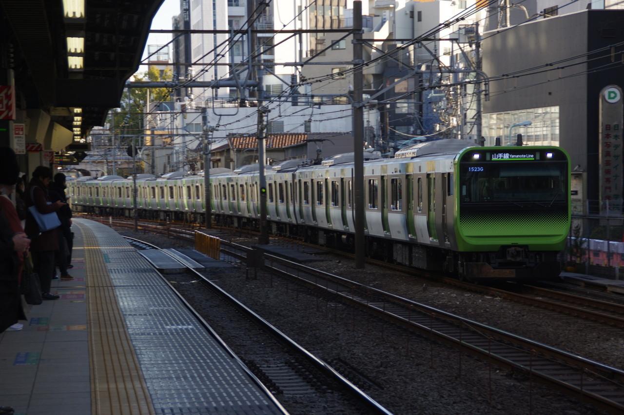 渋谷駅に到着するE235系