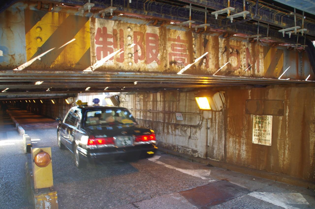 天井の鉄骨とタクシー