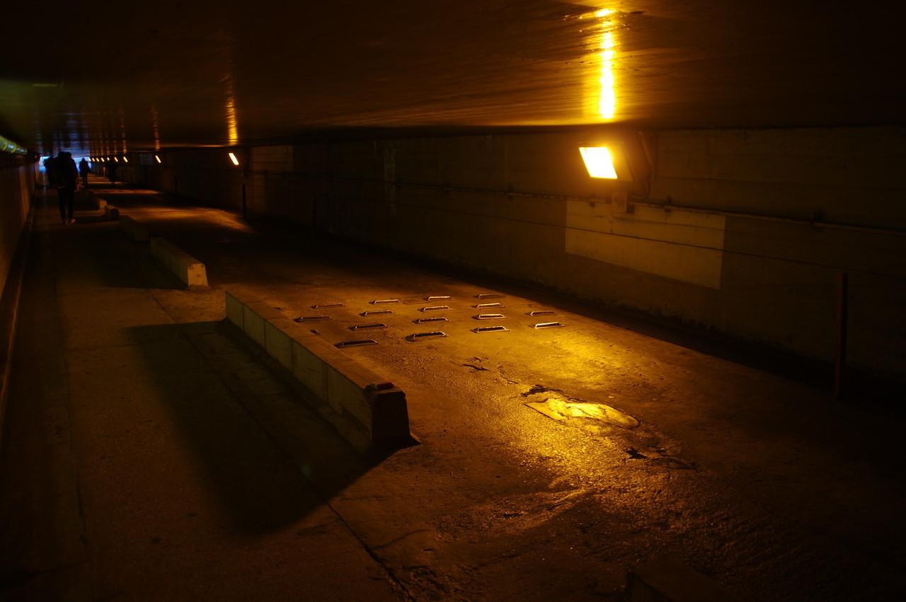 低くなった天井と東側出口
