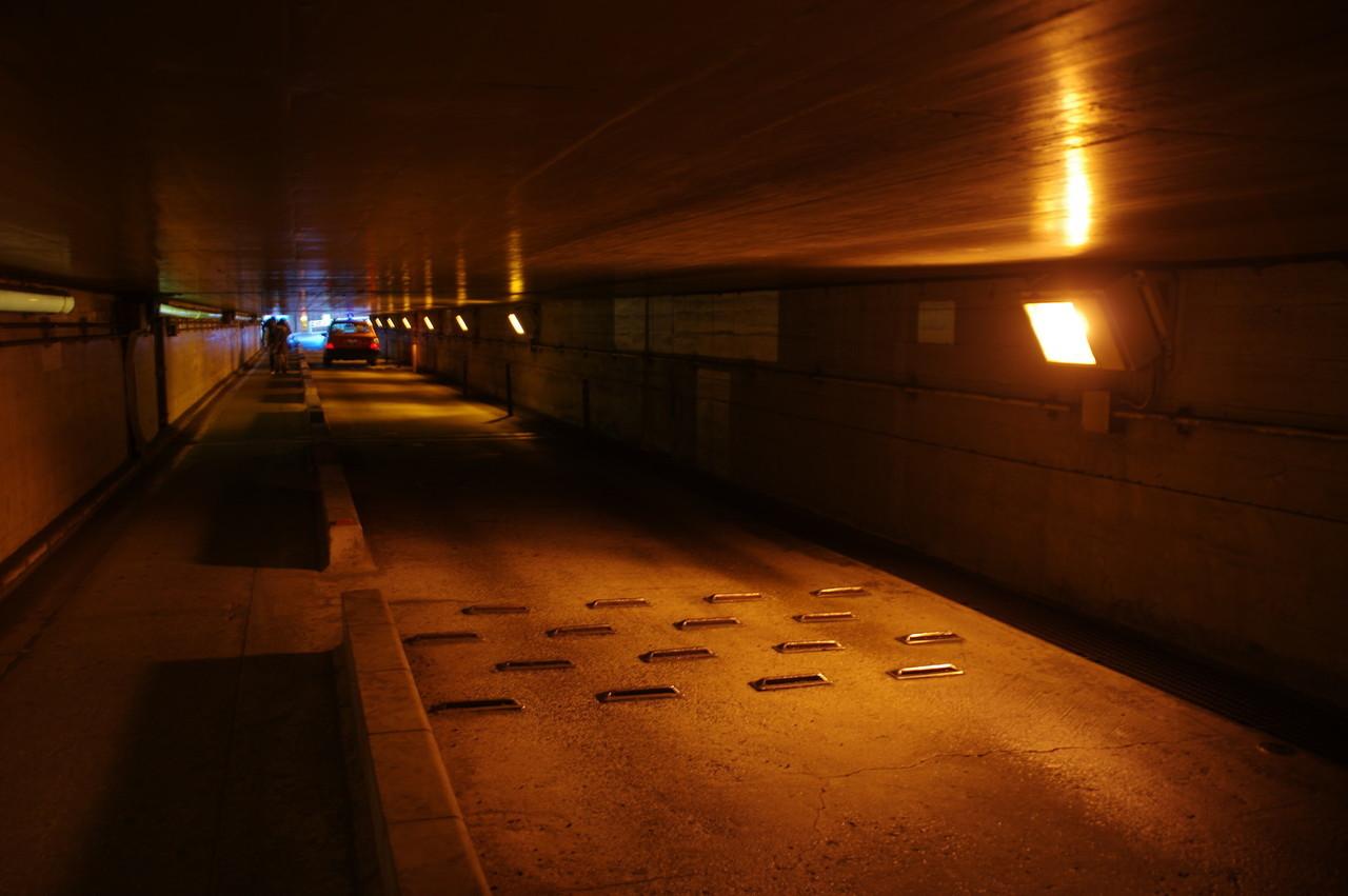 低い天井の下を通るタクシー