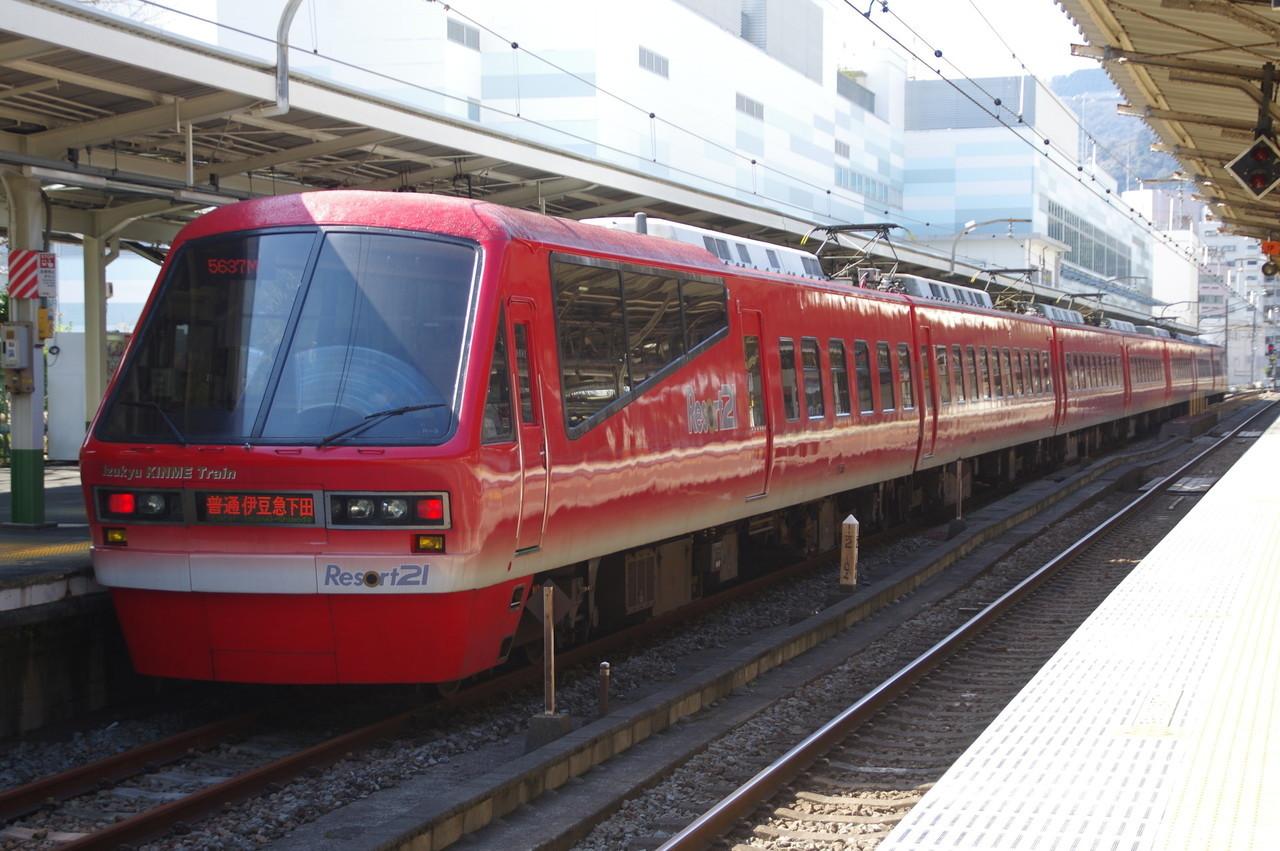 伊豆急2100系のキンメ電車(望遠寄り)