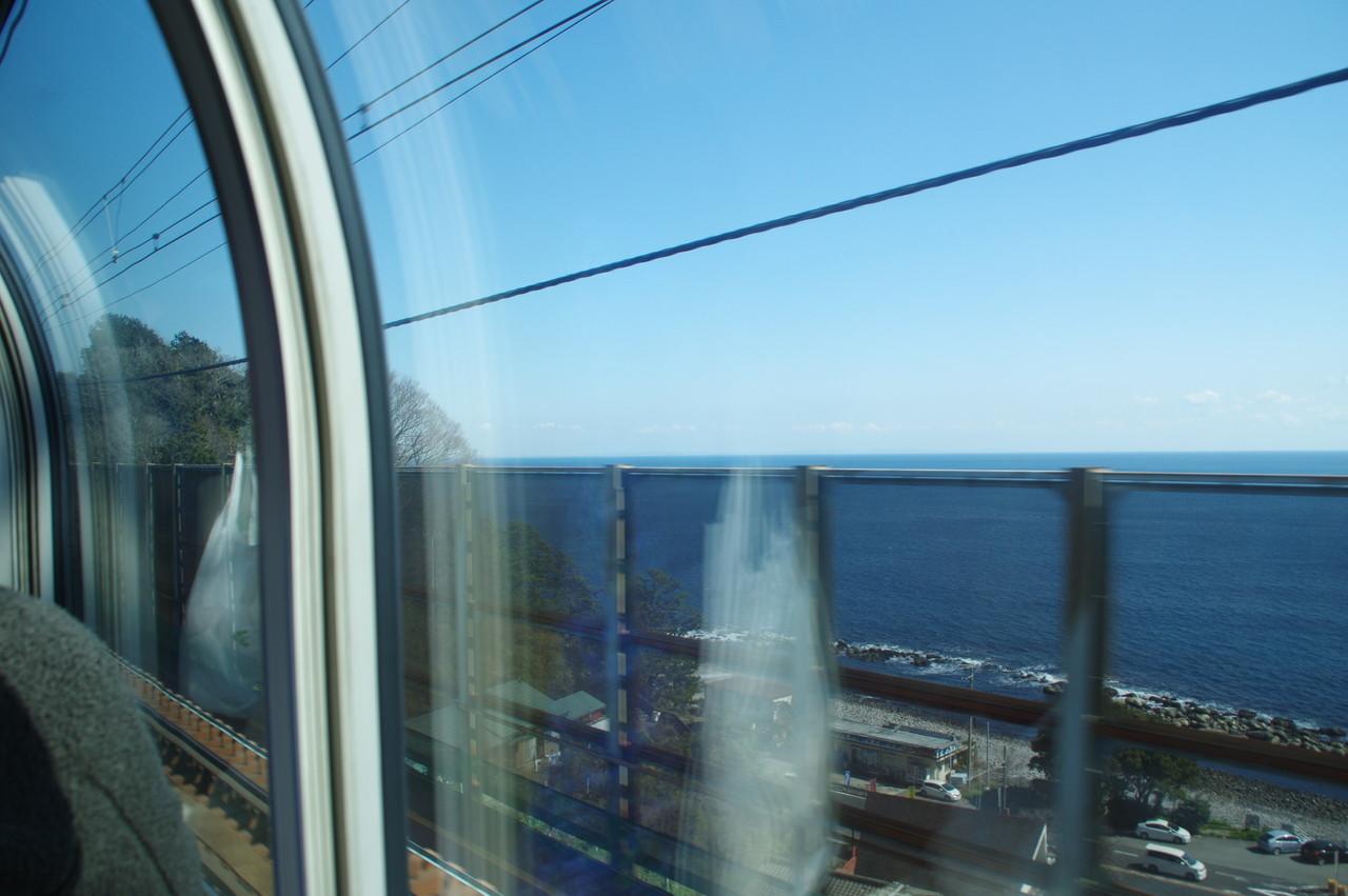 車窓から見える相模湾